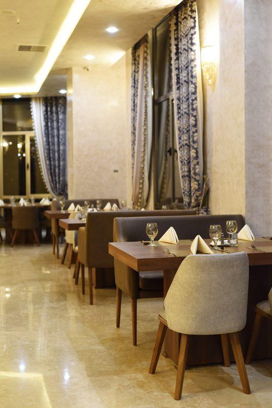 چیدمان میزهای رستوران سعادت آباد